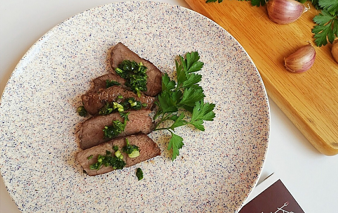 Стейк из говядины с соусом «Персилад»  - самый вкусный вариант для меня!