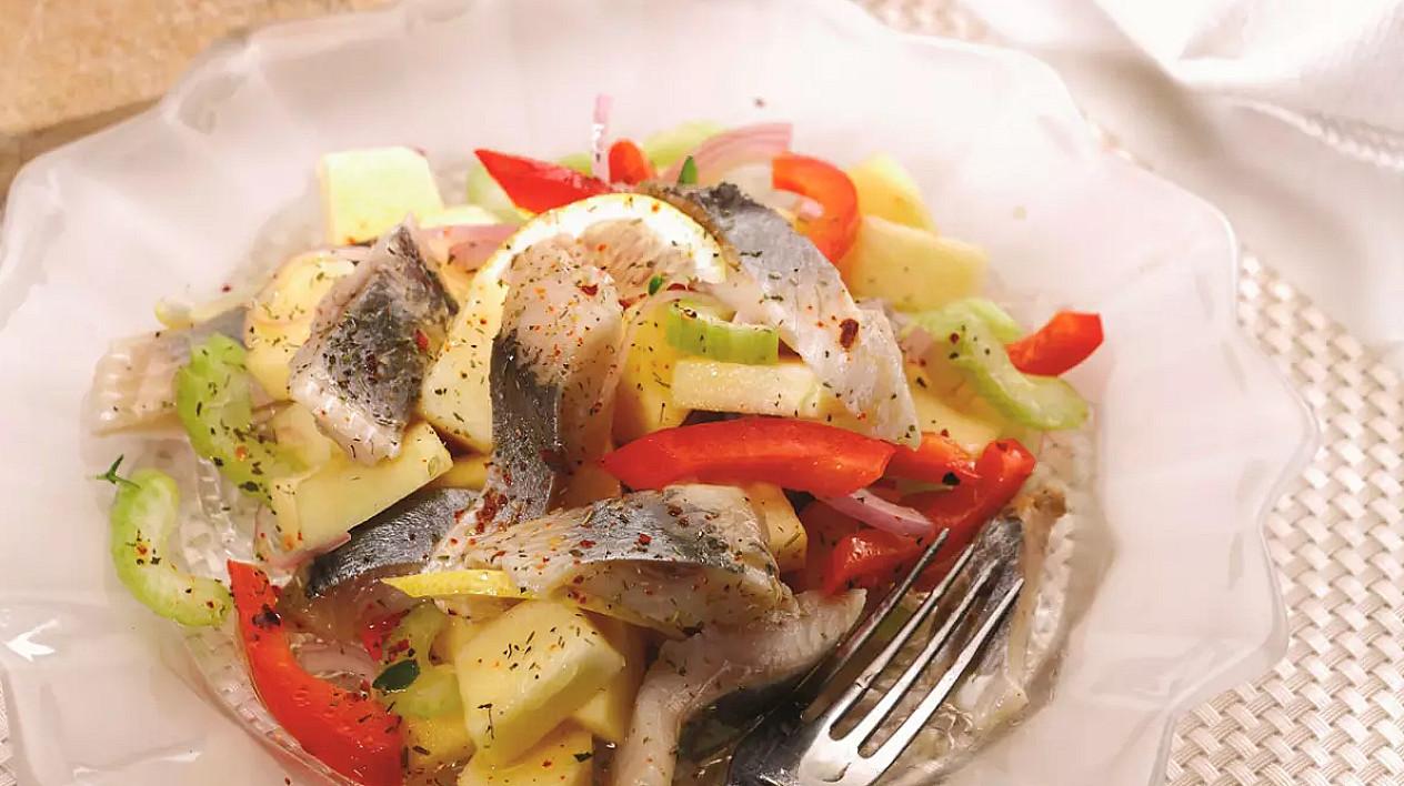 Бодрящий салат с сельдью и яблоками. и почему я его не готовил так раньше? :)