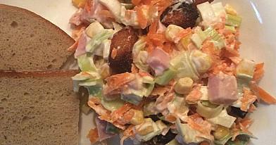 Слоёный салат с жареным хлебом, беконом и луком-порей