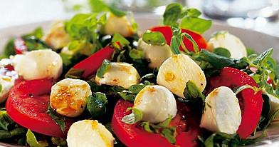 Салат со шпинатом, помидорами и моцареллой – в нём много витаминов
