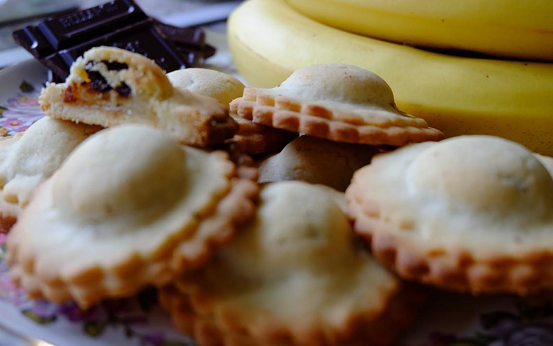 Хрустящее и невероятно ароматное быстрое печенье с бананово-шоколадной начинкой