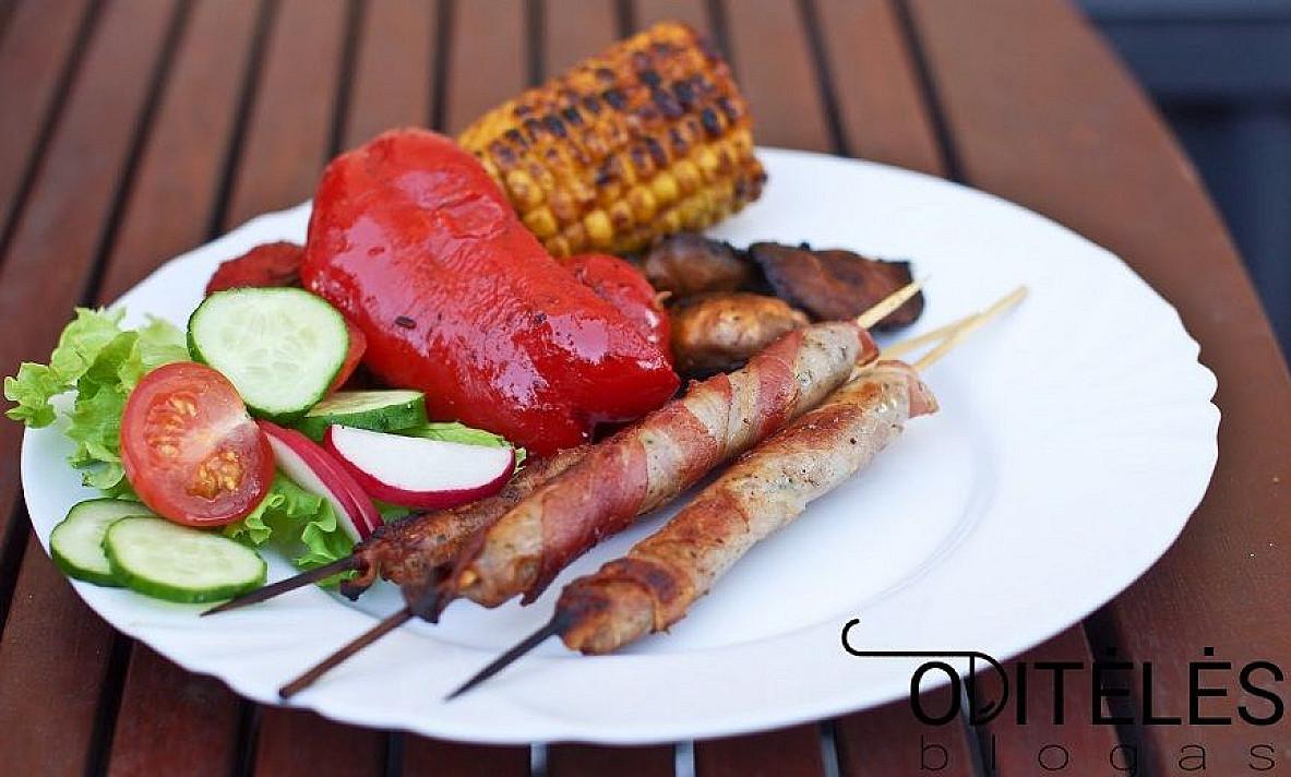 Жареные сосиски из кролика с беконом и овощами.