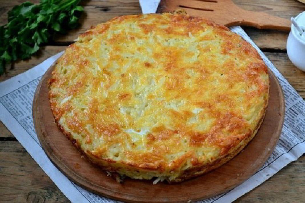 Tarkuotų bulvių pyragas su sūriu ir česnaku - apsilaižysite pirštus!