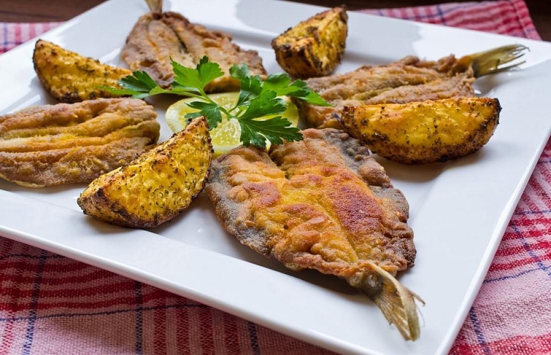 Itin tobulas patiekalas KŪČIOMS: kepta silkė su svogūnais (vos 4 ingredientai)