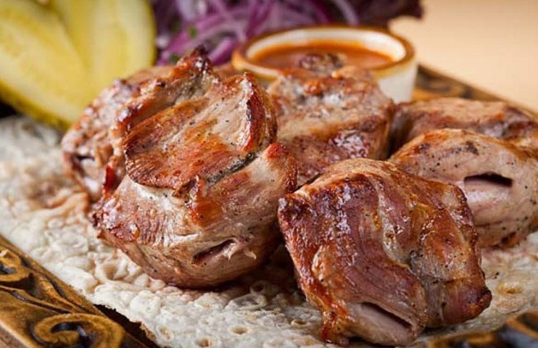 Mėsa gruziniškai, kuri pagal skonį labai panaši į šašlyką. Tokį patiekalą jūs tikrai norėsite paruošti dar kartą!