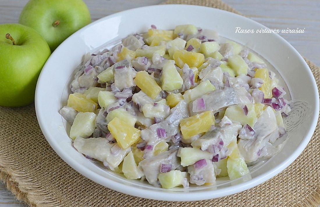 Karališko skonio gaivios silkės salotos-mišrainė su obuoliais ir konservuotais ananasais