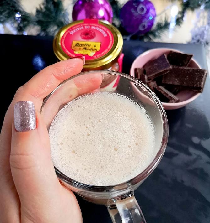 Šildanti Kalėdų Senelio chai latte