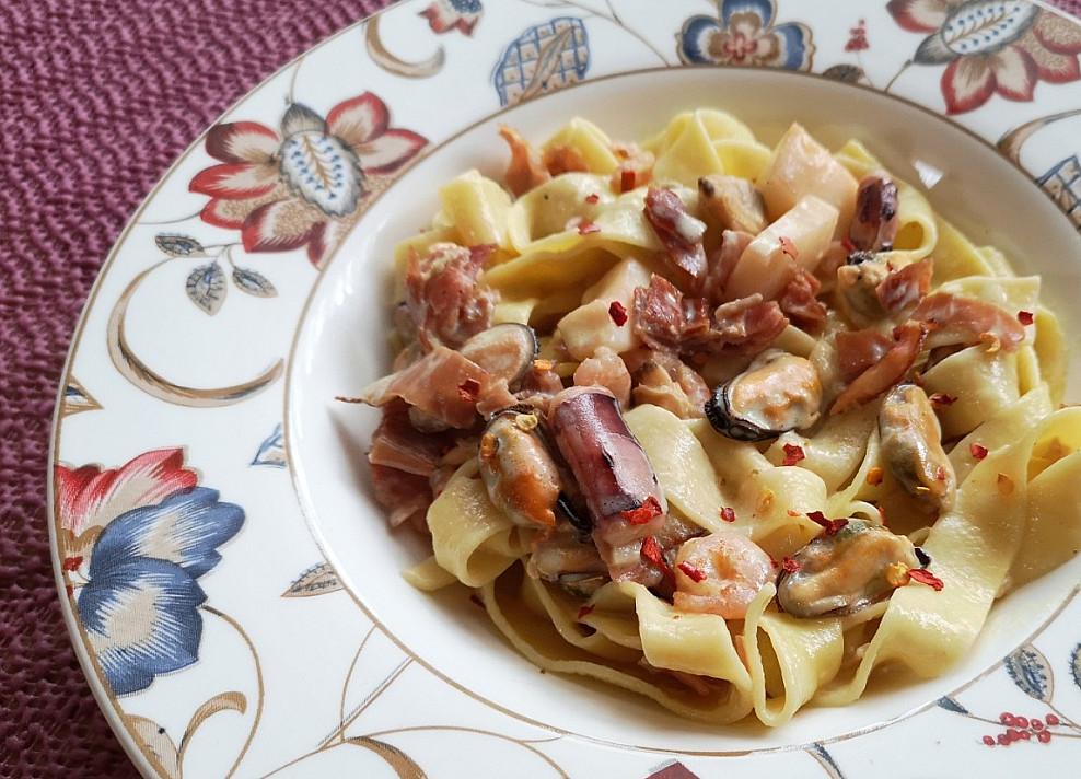 Tobulai vakarienei: Makaronai su jūros gėrybių ir šoninės padažu