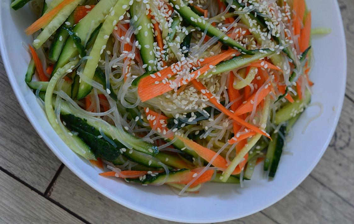 Super skanios kiniškos salotos su stikliniais makaronais