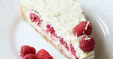Nekeptas varškės tortas su avietėmis ir baltuoju šokoladu