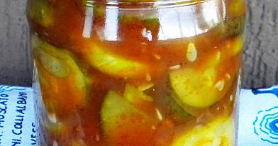 Agurkų griežinėliai pomidorų padaže (žiemai)