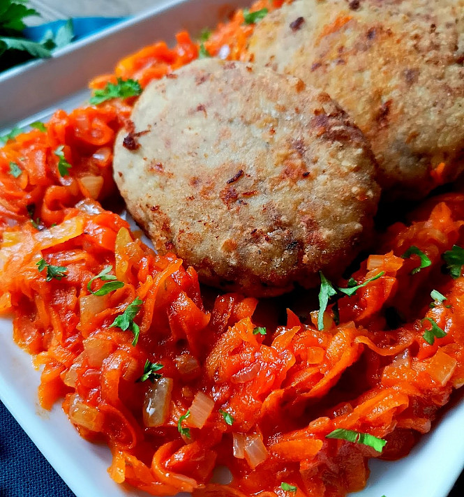 Pike (fish) cutlet with vegetables