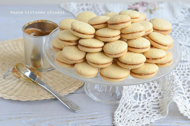 Minkšti biskvitiniai sausainiai su rududu karamele