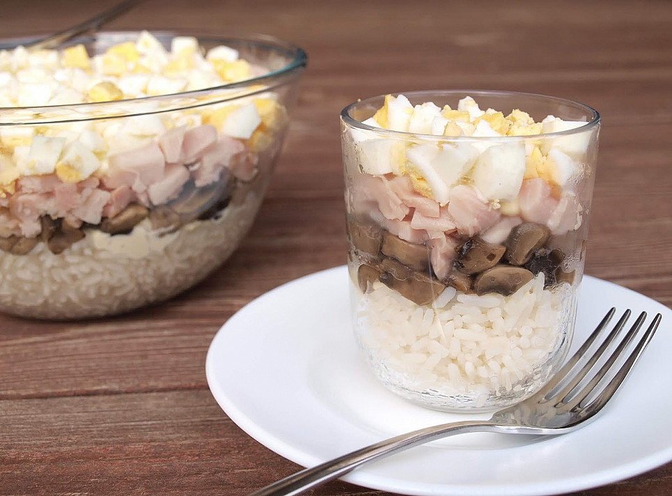 Itin gardžios sluoksniuotos salotos su vištiena ir pievagrybiais