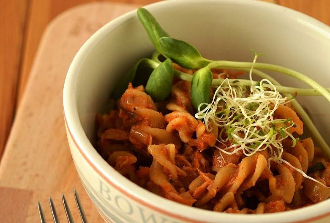 Makaronai su pomidorų padažu ir konservuotu tunu (arba vištienos filė)