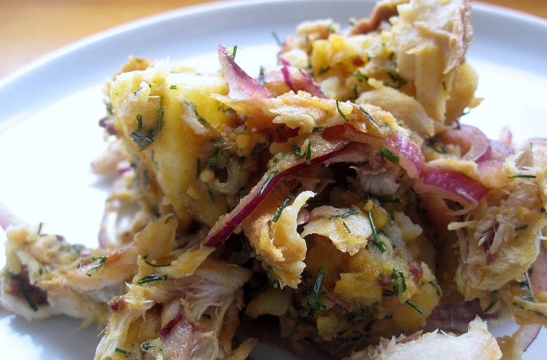 Itin skanios rūkytos skumbrės salotos su bulvėmis