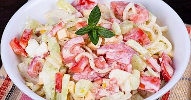 Pomidorų ir agurkų mišrainė kitaip (su krabų lazdelėmis)