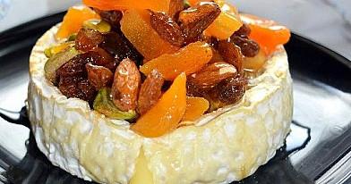 Desertas: Kamamberas su džiovintais vaisiais ir riešutais