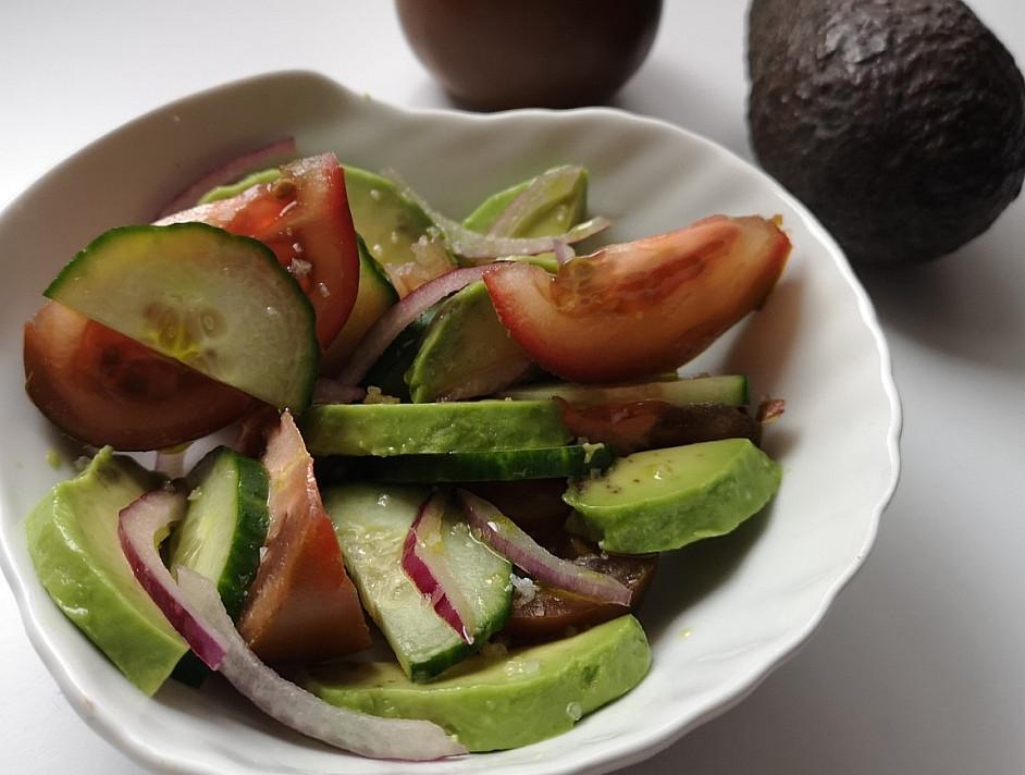 Super skanios ir gaivios salotos su pomidorais, avokadu bei agurku
