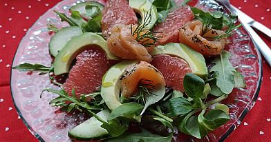 Labai skanios ir gaivios salotos su lašiša ir greipfrutu