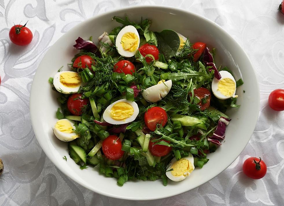 Labai skanios ir gaivios salotos su putpelių kiaušiniais