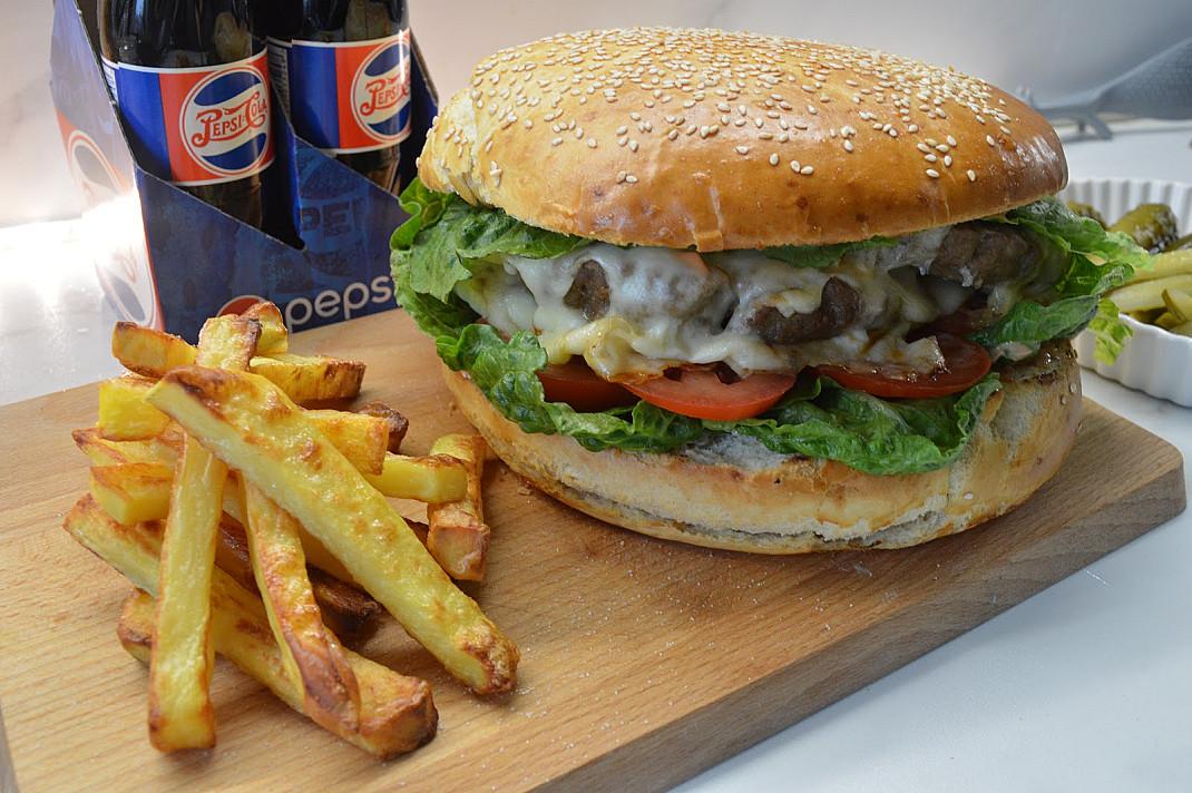 Mega burger z wołowiną - jeżeli robicie w domu, to tyłku tak!