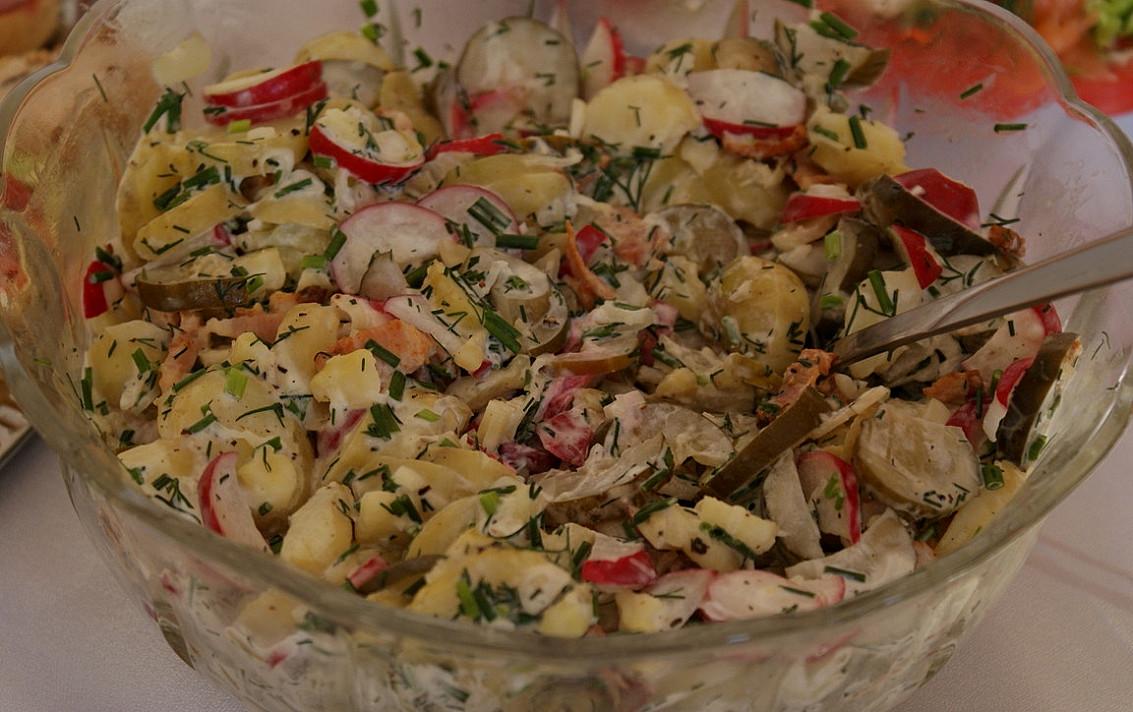 Sałatka ziemniaków z rzodkiewką i ogórkami małosolnymi - jedna z moich ulubionych