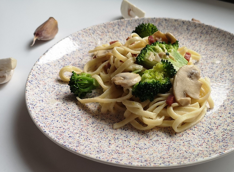 Makaronai su brokoliais, šonine ir pievagrybiais