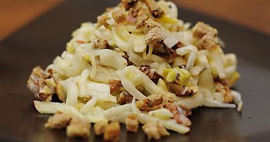 Cikorijų ir obuolių salotos su gorgonzola ir duonos skrebučiais