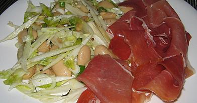 Cikorijos, pupelių salotos su prosciutto crudo