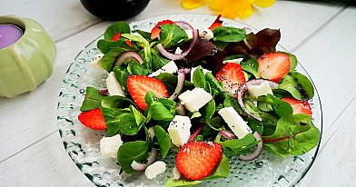 Pavasarinės braškių salotos