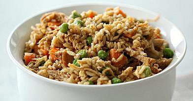 Kepti ryžiai su vištiena, morkomis ir žirneliais