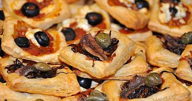 Pyragėliai su ančiuviais bei karamelizuotais svogūnais