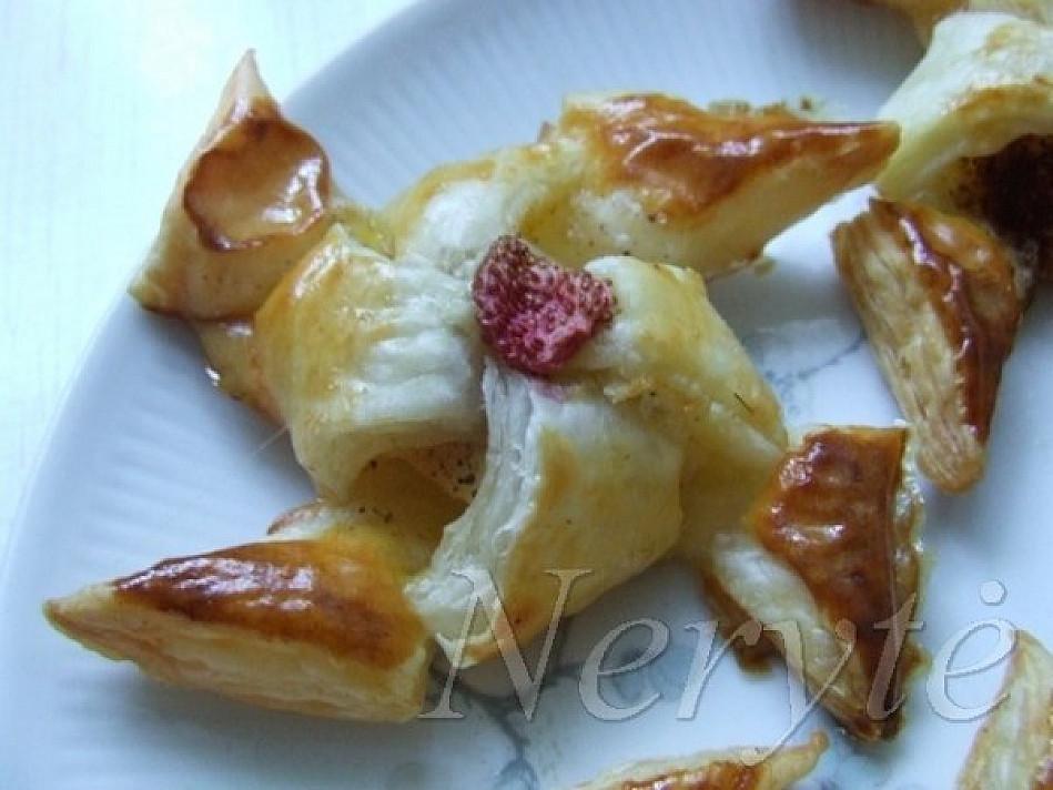 Lengvai pagaminamas sluoksniuotos tešlos desertas: Malūnėliai su obuoliais