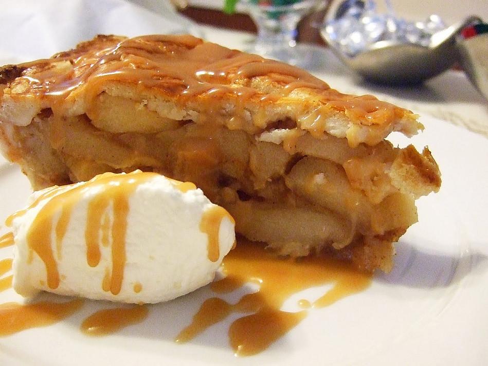 Obuolių pyragas su karameliniu padažu