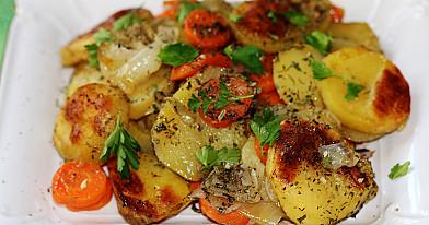 Pieczone ziemniaki w piekarniku z marchewką i cebulą