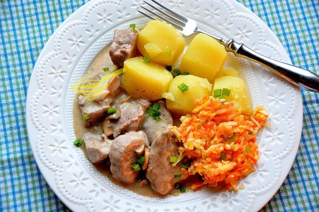 Polędwica z pieczarkami i sosem