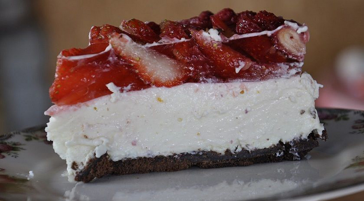 Varškės ir braškių tortas