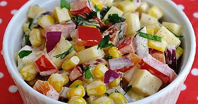 Sałatka z papryką, kukurydzą i żółtym serem