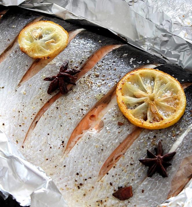 Orkaitėje kepta lašiša su žolelėmis ir karamelizuotomis citrinomis