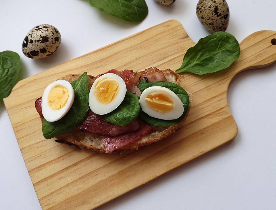 Karštas sumuštinis su šonine ir putpelių kiaušiniais