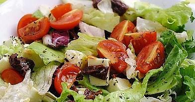 Sałatka z mozzarellą i suszonymi pomidorami
