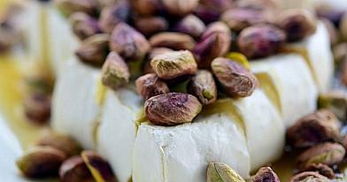 Bri sūris su medumi ir pistacijomis