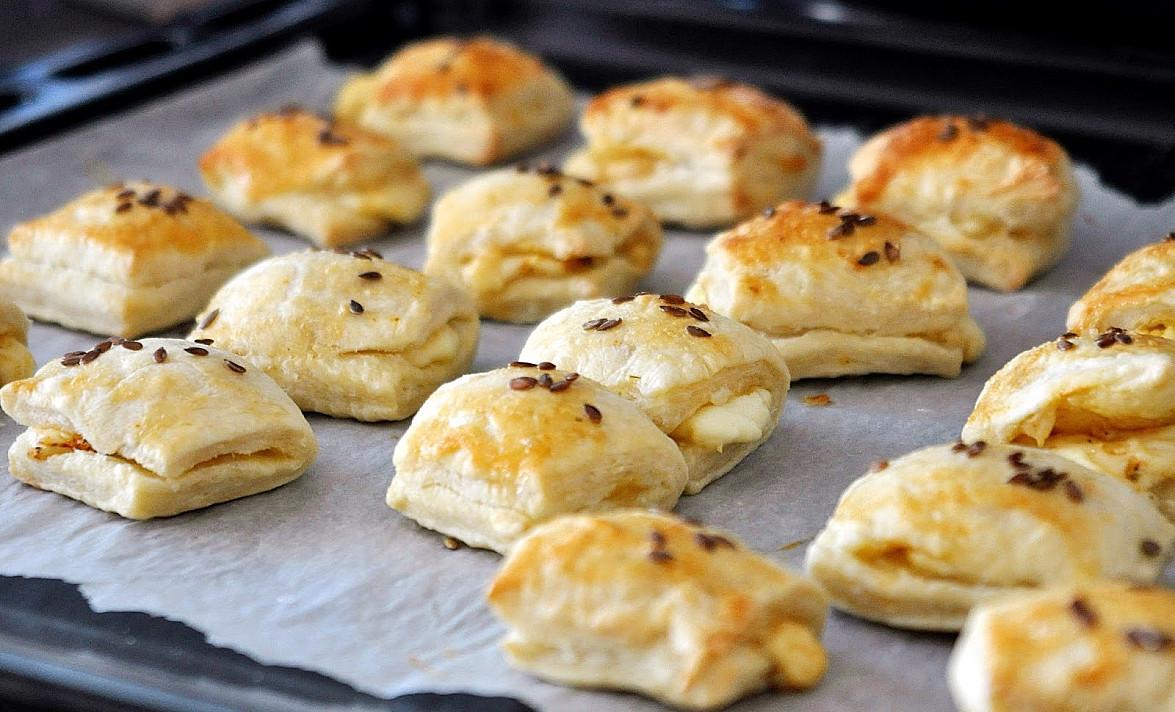 Užkandis: Sluoksniuotos tešlos mini-pyragaičiai su mocarella sūrio įdaru
