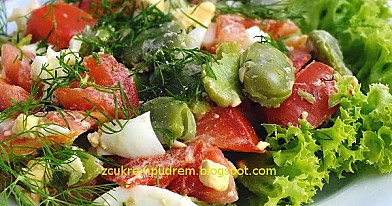 Sałatka z bobem, dymką, pomidorami i jajkami