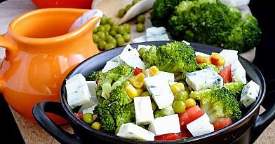 Sałatka brokułowa z dwoma serami i sosem czosnkowym