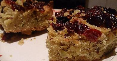 Pistacijų pyragas su spanguolėmis