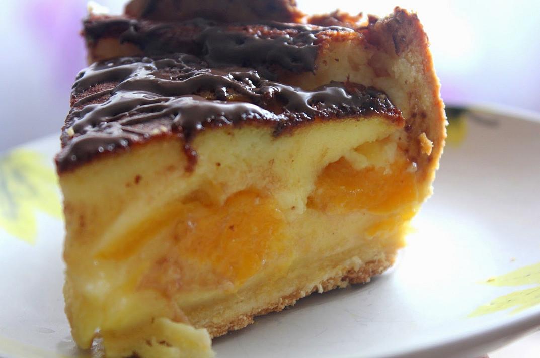 Varškės pyragas su konservuotais persikais