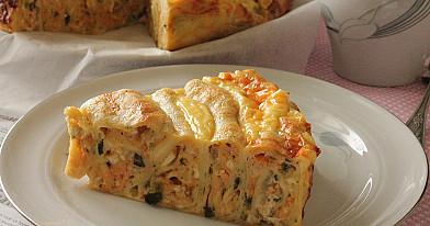Niesłodkie wegetariańskie naleśnikowo-cebulowe ciasto