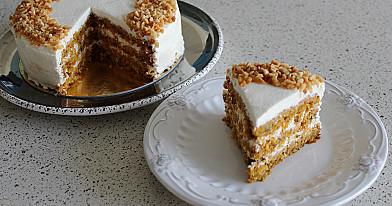 Morkų pyragas su varškės kremo pertepimu